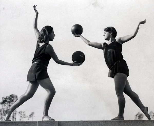 Vrouwen doen ritmische gymnastiek met ballen. Duitsland, 1931.