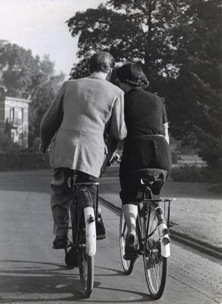 Verliefd stelletje op de fiets. [1951]