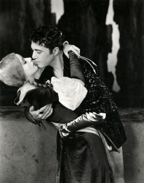 Man en vrouw geven elkaar een innige zoen / kus. Plaats onbekend, 1927.