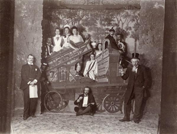 Decors en acteurs in een toneelstuk.