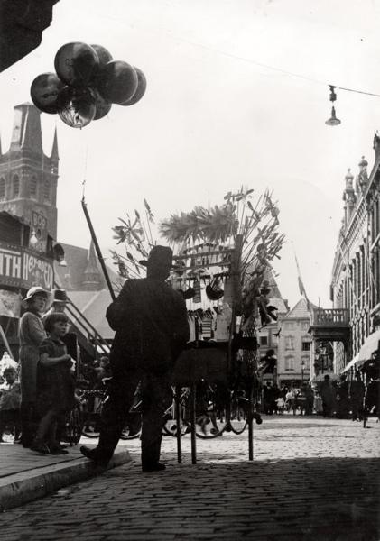 Ballonverkopers. Een ballonverkoper en zijn kraam (of opklaptafel), met  diverse feestartikelen, op de kermis, 1933. SFA007002998