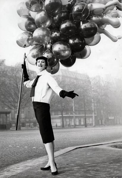 Ballonverkopers. Een model poseert met ballonnen, plaats niet vermeld (Frankrijk/België ;1954. SFA007003008