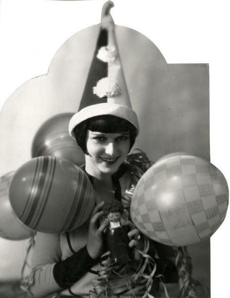 Carnavals-, gekostumeerde feesten. Carnavalkostuums: Pirot-muts ballonnen, en slingers, 1932. SFA022817062