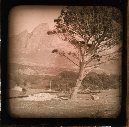 SFA002026141 | Fotografie, fotografische proced鳬 Lantaarnplaatje van onbekend berglandschap. Plaats onbekend [Europa of Zuid-Afrika (vgl. de Cederberg aldaar)?]. Zonder datum [omstreeks 1919-1935; Leendert Blok zou in zijn jonge jaren zijn fotografische opleiding in Zuid-Afrika hebben genoten].