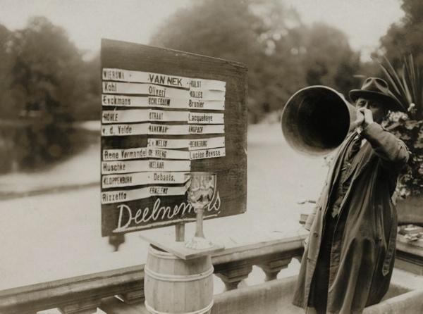 SFA022004486 | Wielrennen. Wieler wegwedstrijden in het Vondelpark in Amsterdam. De namen van de deelnemers zijn op een houten bord geplakt en de aanwijzingen worden door middel van een megafoon doorgegeven.