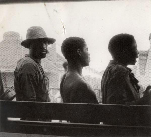 SFA022808974 | Edelstenen. In de Kimberly diamantmijnen in Zuid Afrika werken veel arme mijnwerkers onder erbarmelijke omstandigheden. Foto uit 1938: enkele arbeiders tijdens een korte rustpauze.