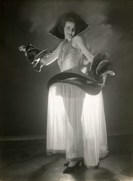 SFA022817022 | Carnaval. Gewaagde vrouwelijke carnavalskleding met 'doorkijkrok' gedragen tijdens een carnavalsviering vermoedelijk in Berlijn. Door de fraaie belichting is er een mooie schaduwpartij ontstaan. Foto 1928