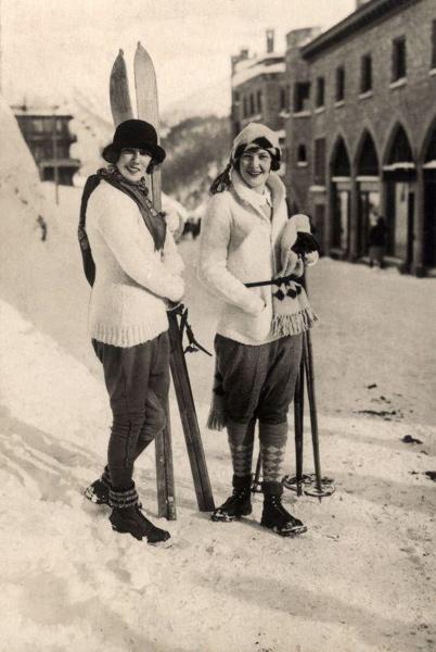SFA003000591 Wintersport. Twee modieus geklede dames met skies in de wintersportplaats,  Sankt Moritz, Zwitserland 1924.