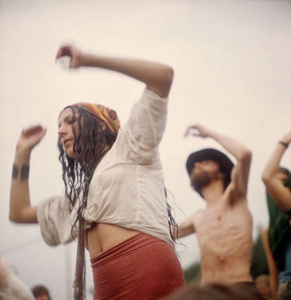 SFA001019334 Popfestival Kralingen, het eerste popfestival in Nederland, in het Kralingse Bos bij Rotterdam. Hippie-festival bezoekers dansen in trance op de muziek. 1970.