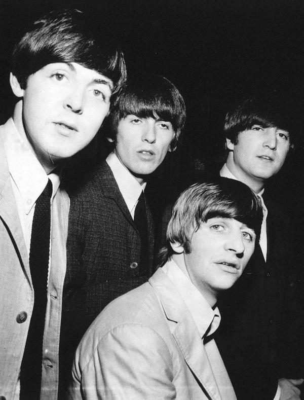SFA222007413 Britse popgroep The Beatles in Amsterdam, rondvaart door de grachten. Vanaf bruggen juichen honderden fans ze toe. V.l.n.r. invallende drummer Jimmy Nichol, John Lennon, Paul McCartney en een terugzwaaiende George Harrison. Amsterdam, 6 juni 1964.